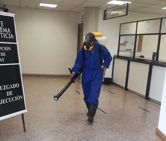 Trabajos de desinfección en el Palacio de Justicia de Pedro Juan Caballero