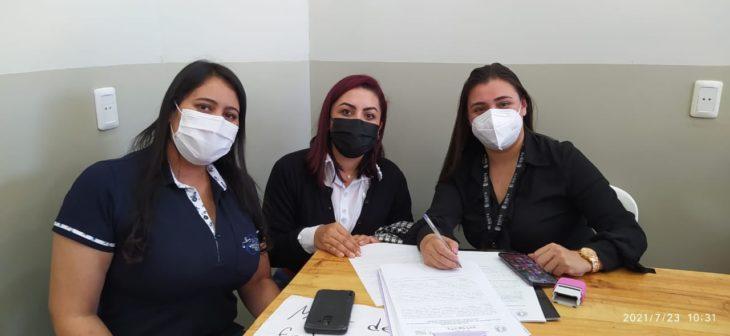 Jueza acompaña vacunación de adolescentes con patologías de base